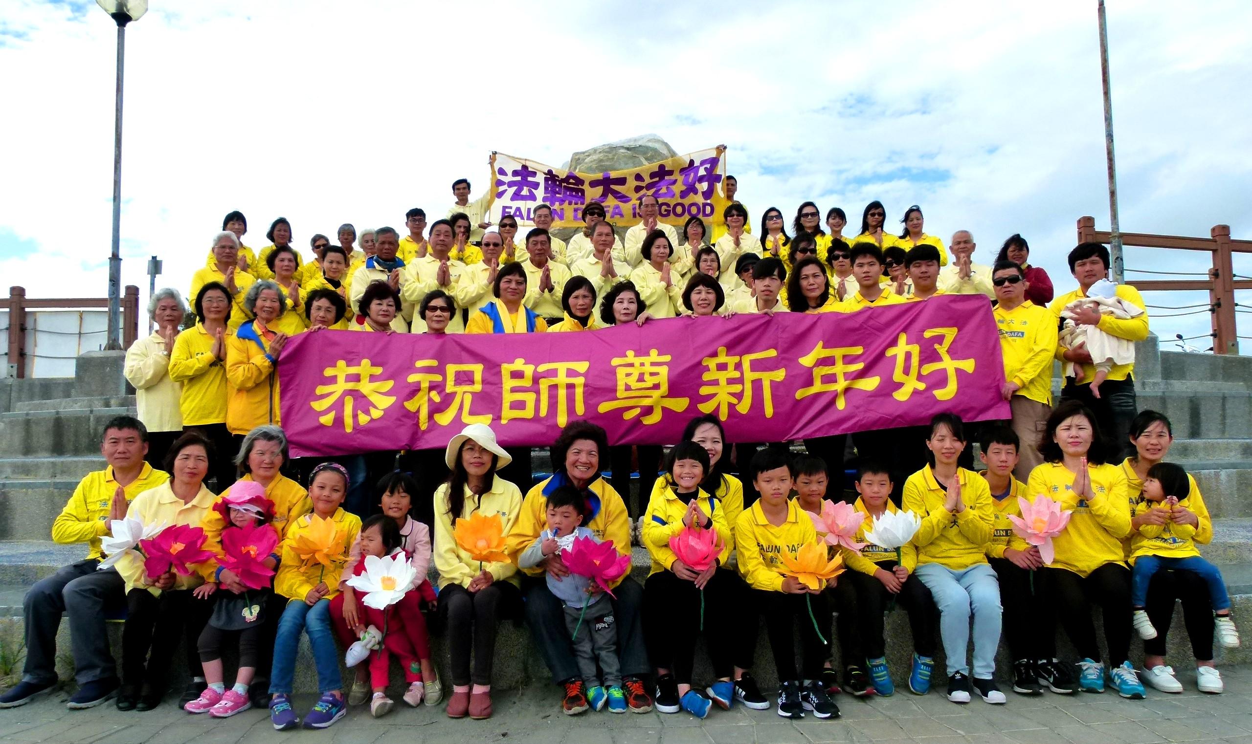 Falun-Dafa-Praktizierende in Taiwan wünschen dem verehrten Meister ...