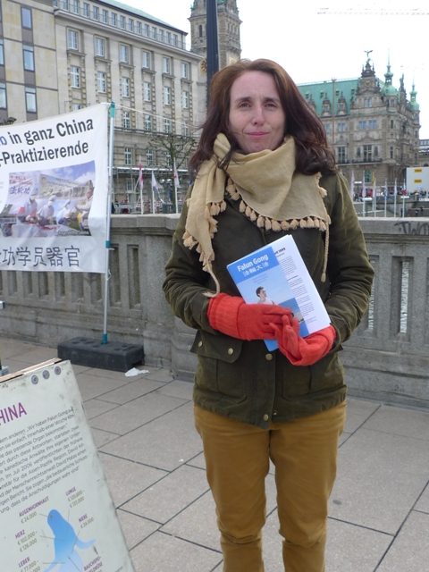 Nina Akbar di Reesedamm-Bridge, pusat kota Hamburg